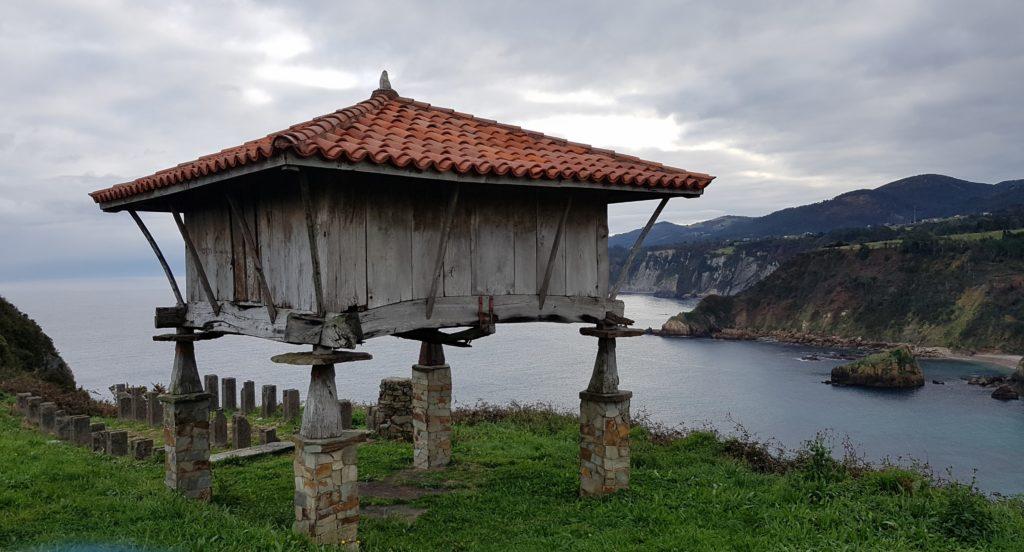 Luarca-Capilla-de-la-Regalina149-1024x552 Un finde en Xixón - Gijón (Asturias) Viajes